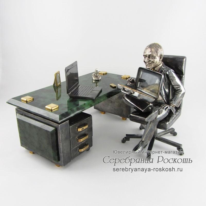 Статуэтка Руководитель за столом